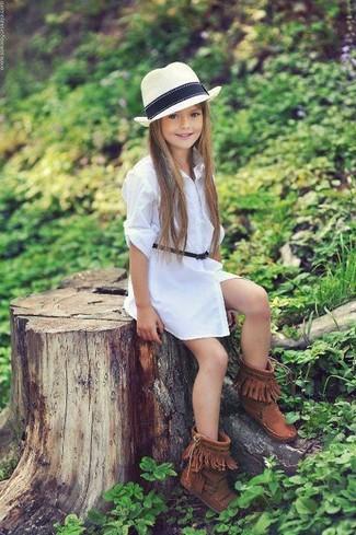 Cómo combinar: vestido blanco, botas ugg marrónes, sombrero blanco