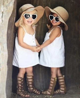 Cómo combinar: vestido blanco, sandalias marrónes, sombrero en beige