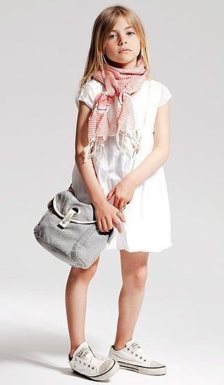 Cómo combinar: vestido blanco, zapatillas blancas, bufanda rosada