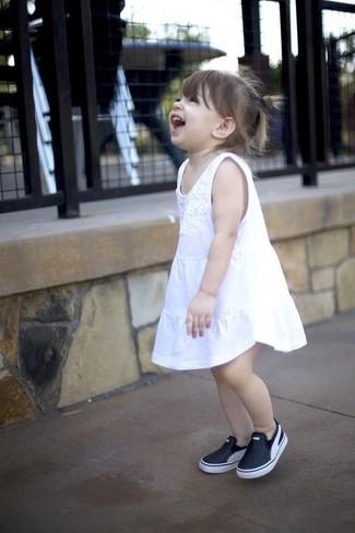Cómo combinar: vestido blanco, zapatillas negras