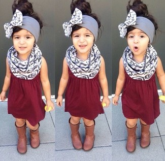 Cómo combinar: vestido burdeos, botas marrónes, bufanda gris