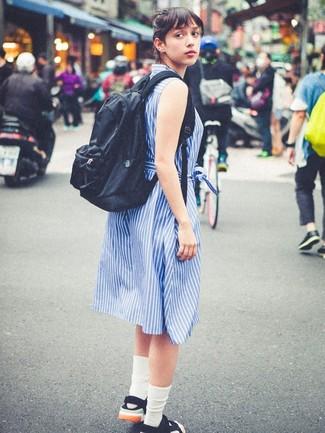Cómo combinar: vestido camisa de rayas verticales azul, sandalias planas de lona negras, mochila negra, calcetines blancos