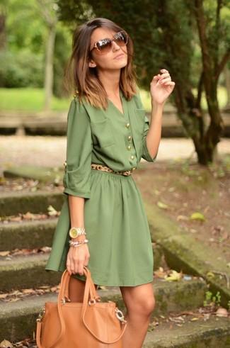 Cómo combinar: vestido camisa verde oliva, bolsa tote de cuero marrón claro, correa de ante de leopardo marrón claro, gafas de sol marrónes