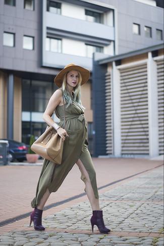 Cómo combinar: vestido camisa verde oliva, botines de cuero morado oscuro, mochila con cordón de cuero marrón claro, sombrero de lana marrón claro