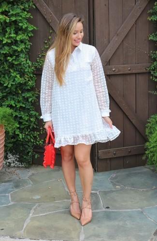 Cómo combinar: vestido camisa de gasa blanca, zapatos de tacón de cuero marrón claro, cartera de cuero roja