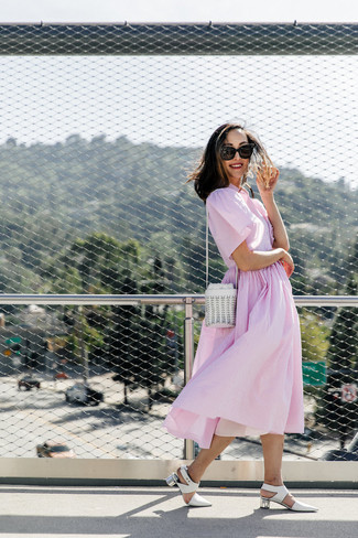 Cómo combinar: vestido camisa de rayas verticales rosada, zapatos de tacón de cuero blancos, mochila con cordón de cuero blanca, gafas de sol negras