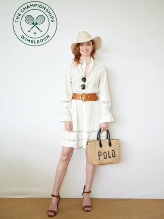 Cómo combinar: vestido camisa con ojete blanca, sandalias de tacón de cuero marrónes, bolsa tote de paja marrón claro, sombrero de lana en beige