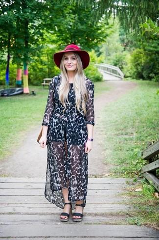 Cómo combinar: vestido camisa de gasa de leopardo en negro y blanco, top corto negro, pantalones cortos de cuero negros, sandalias con cuña de cuero negras