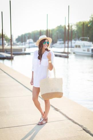 Cómo combinar: vestido camisa blanca, top de bikini rosado, braguitas de bikini rosadas, sandalias planas de cuero con adornos marrónes