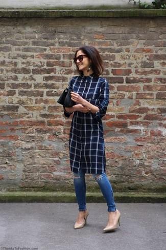Cómo combinar: vestido camisa a cuadros azul marino, vaqueros pitillo desgastados azules, zapatos de tacón de cuero en beige, cartera sobre de cuero negra