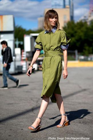 Cómo combinar: vestido camisa verde oliva, sandalias con cuña de cuero plateadas