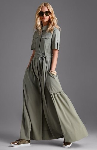 Cómo combinar: vestido camisa verde oliva, tenis de ante verde oliva, gafas de sol en marrón oscuro
