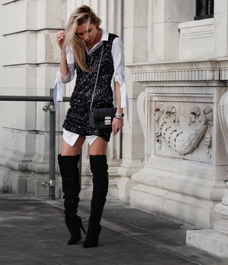 Cómo combinar: vestido camisa blanca, vestido de tirantes de lentejuelas negro, botas sobre la rodilla de ante negras, bolso bandolera de cuero acolchado negro