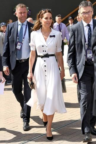 Cómo combinar: vestido camisa blanca, zapatos de tacón de ante negros, cartera sobre de paja marrón claro, cinturón de cuero negro