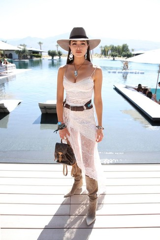 Cómo combinar: vestido camisola de encaje blanco, botas de caña alta de ante en beige, mochila de cuero en marrón oscuro, sombrero de lana gris