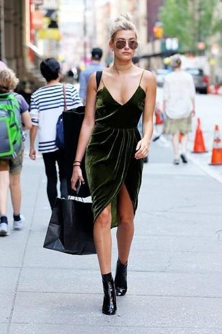 Cómo combinar: vestido camisola de terciopelo verde oscuro, botines de cuero negros, gargantilla dorada