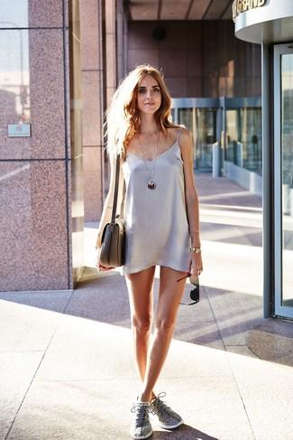 Cómo combinar: vestido camisola de satén plateado, deportivas grises, bolso bandolera de cuero gris, pulsera dorada