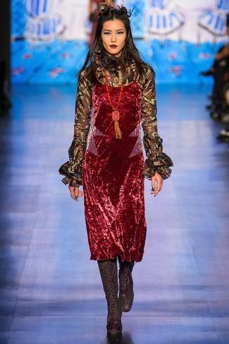 Cómo combinar: vestido camisola de terciopelo rojo, blusa de manga larga con volante negra, botas de caña alta de ante negras, colgante con cuentas rojo