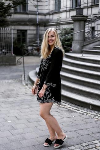 Cómo combinar: vestido campesino bordado en negro y blanco, sandalias planas de cuero negras, bolso bandolera de cuero rosado