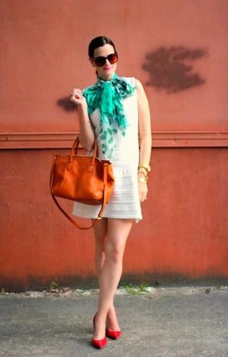 Cómo combinar: vestido casual blanco, zapatos de tacón de cuero rojos, bolsa tote de cuero en tabaco, bufanda de seda estampada en verde menta