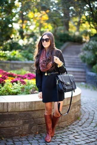 Cómo combinar: vestido casual negro, botas de caña alta de cuero burdeos, bolso de hombre de cuero negro, correa de cuero negra