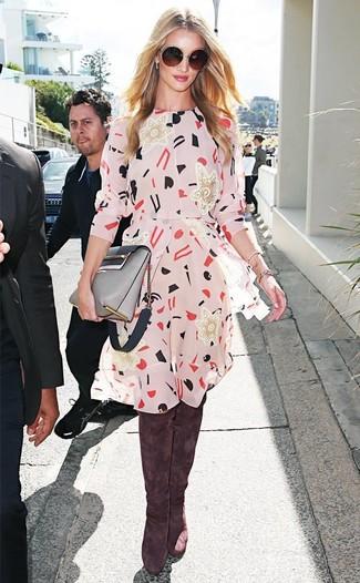 Cómo combinar: vestido casual estampado en beige, botas sobre la rodilla de ante marrónes, bolso bandolera de cuero gris, gafas de sol en marrón oscuro