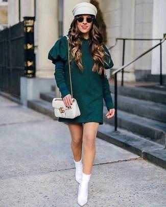 Cómo combinar: vestido casual verde oscuro, botines de elástico blancos, bolso bandolera de cuero acolchado en beige, gorra inglesa en beige