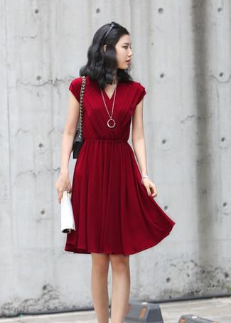 Opta por la comodidad en un vestido casual plisado burdeos.