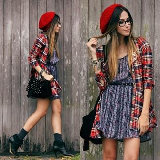 Cómo combinar: vestido casual estampado azul marino, camisa de vestir de tartán roja, botines de cuero negros, bolso bandolera de ante con tachuelas negro