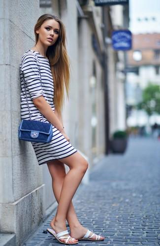 Cómo combinar: vestido casual de rayas horizontales en blanco y azul marino, sandalias planas de cuero blancas, bolso bandolera vaquero azul marino