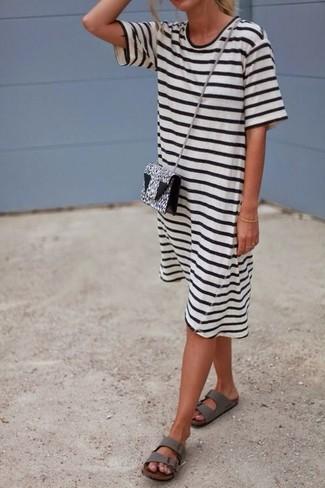 Cómo combinar: vestido casual de rayas horizontales en blanco y negro, sandalias planas de cuero grises, bolso bandolera de cuero de leopardo en blanco y negro