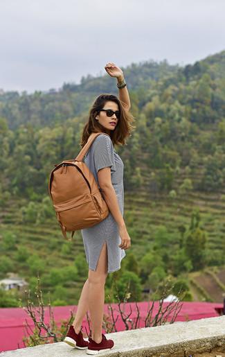 Cómo combinar: vestido casual de rayas horizontales en blanco y negro, zapatillas altas burdeos, mochila de cuero marrón claro