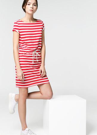 Cómo combinar: vestido casual de rayas horizontales en blanco y rojo, tenis blancos