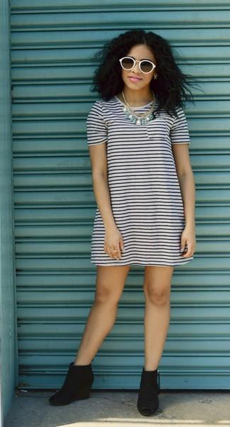 Cómo combinar: vestido casual de rayas horizontales en blanco y azul marino, botines con cuña de ante con recorte negros, gafas de sol blancas, collar en turquesa