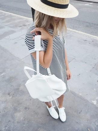 Cómo combinar: vestido casual de rayas horizontales en blanco y negro, tenis blancos, mochila de cuero blanca, sombrero de paja en beige