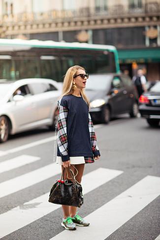 Cómo combinar: vestido casual de tartán en blanco y rojo y azul marino, deportivas marrónes, bolsa tote de cuero en marrón oscuro, gafas de sol en marrón oscuro