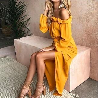 Cómo combinar: vestido con hombros al descubierto amarillo, sandalias de tacón de cuero marrón claro, pendientes dorados