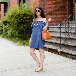 Cómo combinar: vestido con hombros al descubierto azul, bailarinas de cuero doradas, bolsa tote de cuero en tabaco, collar blanco