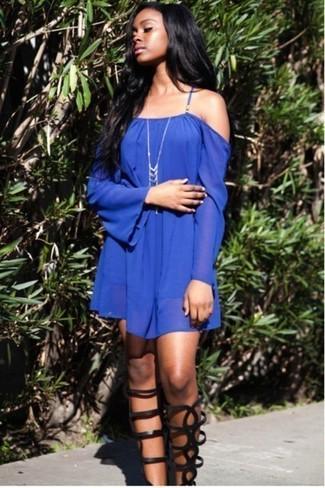 Cómo combinar: vestido con hombros al descubierto azul, sandalias romanas altas de cuero negras, colgante plateado