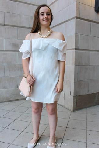 Cómo combinar: vestido con hombros al descubierto blanco, bailarinas de cuero blancas, bolso bandolera de cuero en beige, collar de perlas blanco