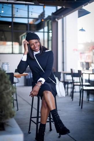 Cómo combinar: vestido con hombros al descubierto negro, camisa de vestir blanca, botas planas con cordones de ante negras, bolso bandolera de cuero blanco