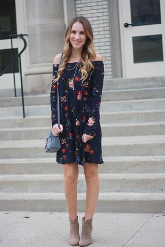 Cómo combinar: vestido con hombros al descubierto con print de flores azul marino, botines de ante en beige, bolso bandolera de cuero azul
