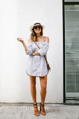 Cómo combinar: vestido con hombros al descubierto de rayas verticales gris, sandalias de tacón de cuero marrónes, bolso bandolera de cuero marrón, sombrero de paja blanco