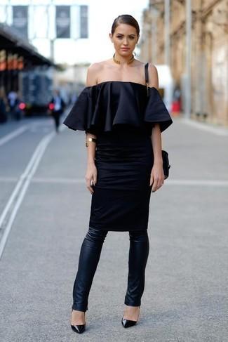 Cómo combinar: vestido con hombros al descubierto negro, leggings de cuero negros, zapatos de tacón de cuero negros, bolso bandolera de cuero negro