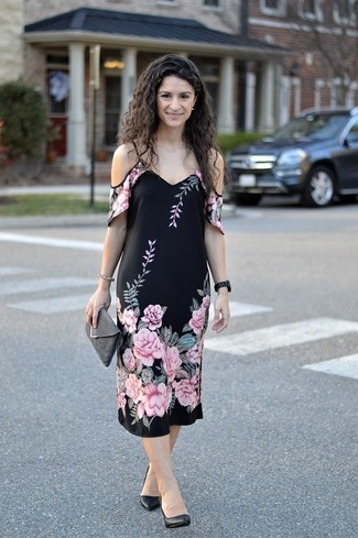 Cómo combinar: vestido con hombros al descubierto con print de flores negro, zapatos de tacón de cuero negros, cartera sobre de ante en gris oscuro, reloj de cerámica negro