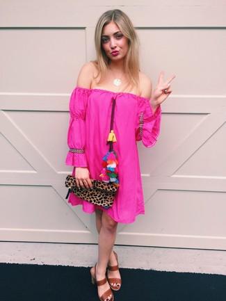 Cómo combinar: vestido con hombros al descubierto rosa, sandalias de tacón de cuero marrónes, cartera sobre de ante de leopardo marrón, colgante dorado