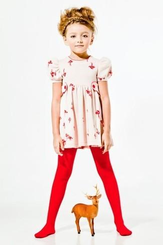 Cómo combinar: vestido con print de flores en beige, medias rojas