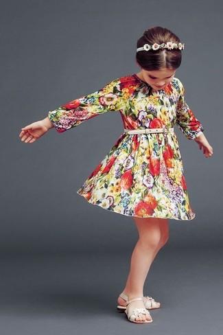 Cómo combinar: vestido con print de flores en multicolor, sandalias en beige, cinta para la cabeza blanca