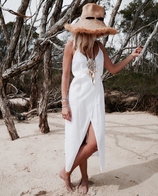 Cómo combinar: vestido cruzado de lino blanco, sombrero de paja marrón claro, collar en beige, pulsera plateada