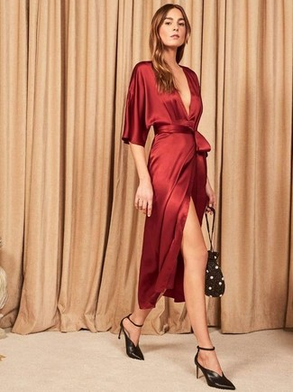 Cómo combinar: vestido cruzado de seda rojo, zapatos de tacón de cuero negros, mochila con cordón con adornos negra